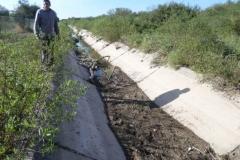 Vista del canal Contrera Lopez antes de Limpieza manual de solera en Los Cardozo, Dpto. Capital 1