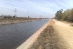 Imagen de canal en sector urbano despues de la limpieza de vegetacion y extraccion de basura
