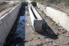 Vista del vertedero-aliviadero en el canal Contrera Lopez antes de la Limpieza